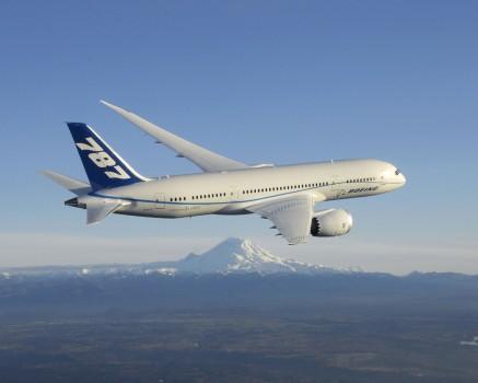 Boeing 787 Dreamliner sobre el monte Rainer
