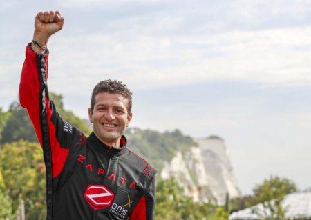Franky Zapata celebra su éxito con los acantilados de Dover a la espalda.