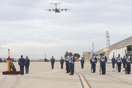 Ceremonia de despedida del C-130 en el Ala 31. Al fondo se pueden ver varios C-130 con parte de sus motores desmontados.
