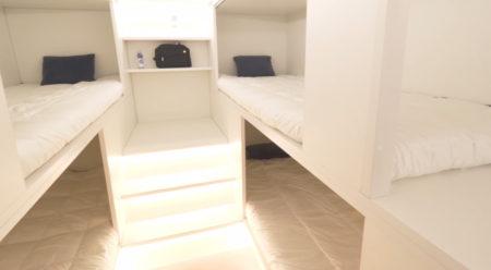 Detalle del módulo de descanso para pasajeros. Junto a cada cama, estos tendrán espacio para dejar objetos personales.