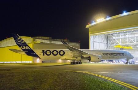 Salida del hangar de pintura del primer Airbus A3501000.