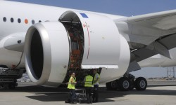 El motor Rolls-Royce Trent XWB lleno de equipos de prueba y medición de color naranja.
