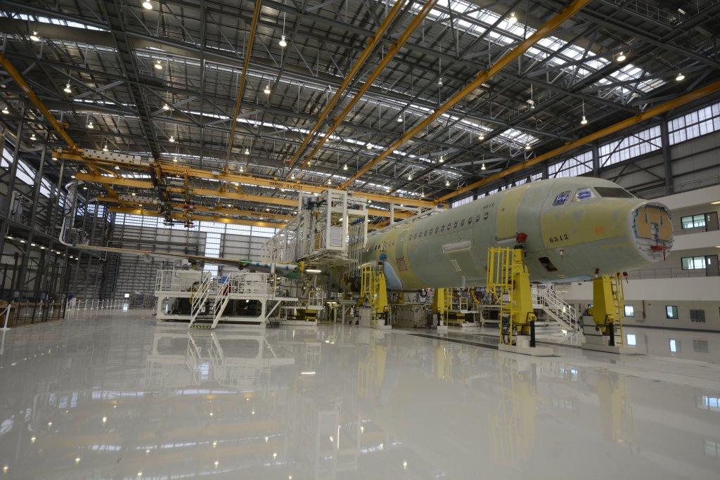 El hangar de montaje en Mobile cuenta con cuatro estaciones de trabajo. En la primera se unen las secciones del fuselaje tras instalar en ellas elementos voluminosos como galleys y baños. En la segunda se instalas alas, APU, tren de aterrizaje. En la tercera se instalan las superficies de cola, las superficies móviles de control y otros elementos y se suministra electricidad por primera vez al avión. Y en la cuarta se llevan a cabo diversas pruebas de todos los sistemas.