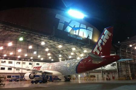 TAM decora uno de sus A320 con 10.000 fotos de sus clientes