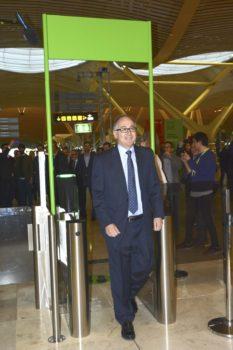 Luis Gallego, presidente de Iberia pasa el control biométrico de acceso al control de seguridad de la T4.