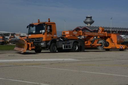 Uno de loc camones barredores con pala quitanieves del aeropuerto de Madrid Barajas.