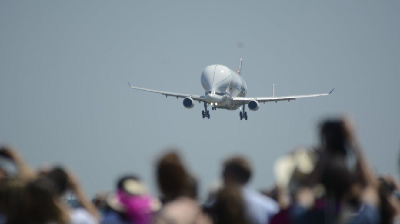 Tanto para el despegue como para el aterrizaje del Beluga XL la factoría de Airbus en Toulouse se paralizó. Nadie quería perderse el acontecimiento.