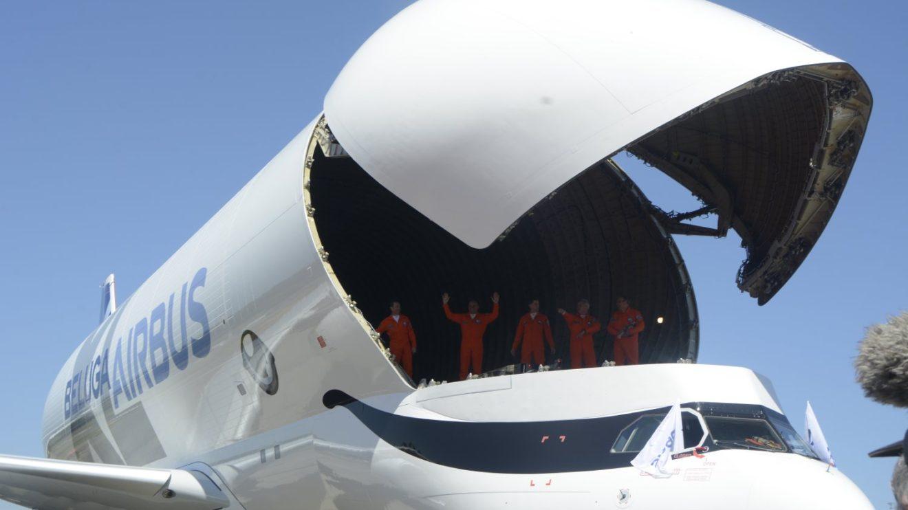 La compuerta de carga tiene las mismas limitaciones de viento que la del Beluga original, 15 km/h, pero ello ya no será un problema ya que todas las factorías de Airbus donde opera tienen o van a tener un hangar que permite abrirla a resguardo.