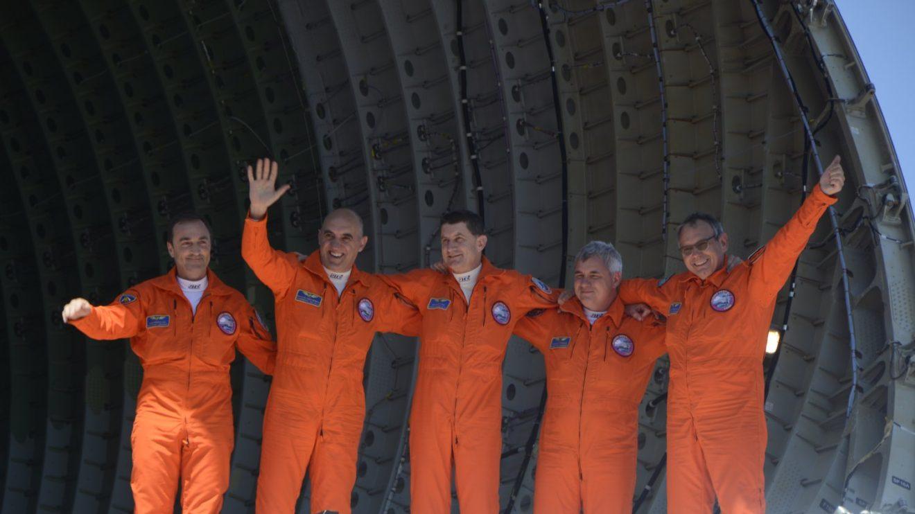 La tripulación, antes de descender del avión, abrió la compuerta de carga y saludó desde la cubierta.