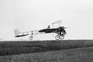 Louis Bleriot pilotando su avión Bleriot XI.