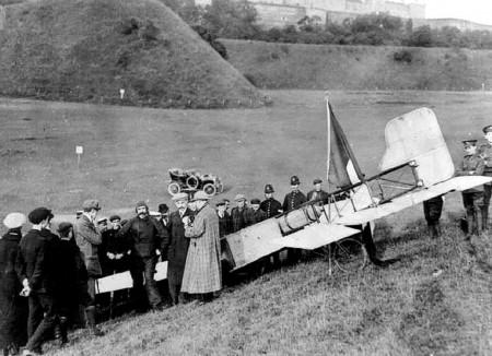 Louis Bleriot con su avión y público tras su aterrizaje cerca del castillo de Dover.