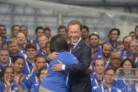 Fabrice Bregier se abraza con una representante de los trabajadores de ka factoría de Airbus en Mobile al final de la ceremonia de inauguración.
