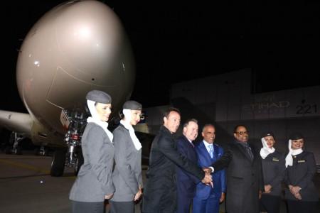 Fabrice y James Hogan junto a otros directivos de Etihad frente al primer A380 de la compañía.