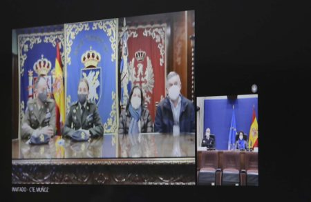 La brigada Esmeralda Ruiz acompañada por el jefe de la BRILAT y los padres de la soldado Idoia Rodríguez.