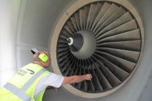 Revisión d eun motor por parte de un técnico de mantenimiento de British Airways.