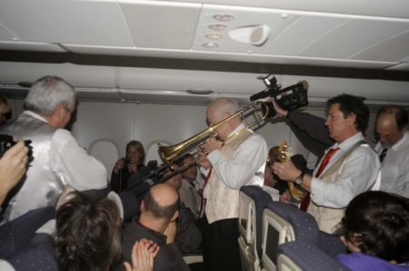 Fiesta  a bordo del primer vuelo de Air France con el A380 a Nueva York,. La banda estaba tocando el Feliz Cumpleaños a un pasajero.