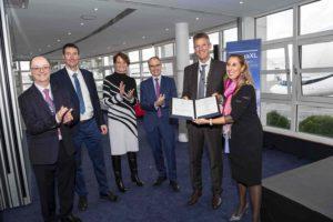 Entrega por EASA de su certificado de tipo para el Beluga XL a los responsables del programa en Airbus.