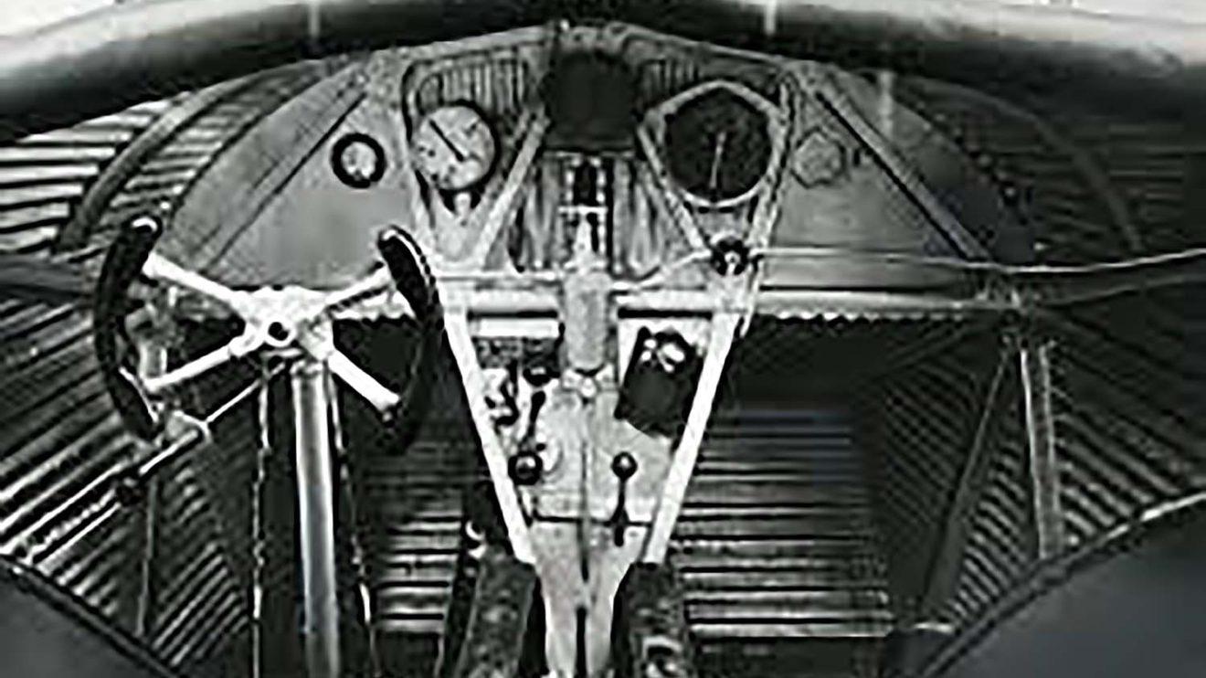 Los pilotos del F13 iban al aire libre. Entonces se consideraba que debían sentir el aire en sus caras. La aviónica, era la típica de la época.