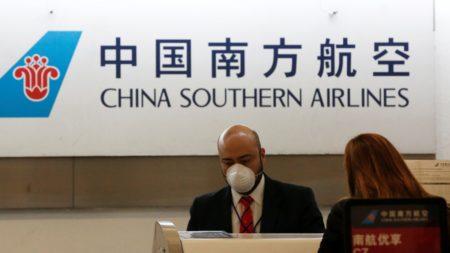 Personal en un aeropuerto chino atendiendo a pasajeros.