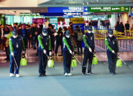 Desinfección de la moqueta en la zona de llegadas internacionales del aeropuerto de Seul.