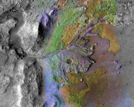 El crater Jazero de Marte, visto en una imagen combinada tomada por el Mars Reconnaissance Orbiter. Se aprecia uno de los dos canales por los que entraba el agua en el pasado, depositando diversos sedimentos.