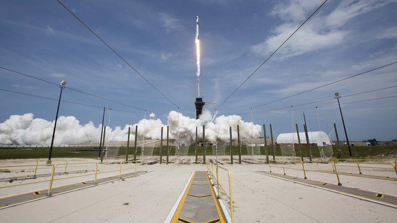 Lanzamiento del cohete Falcon 9 con la cápsula Crew Dragon.