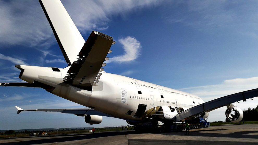 El primer Airbus A380 desguazado a la espera de ser achatarrado.