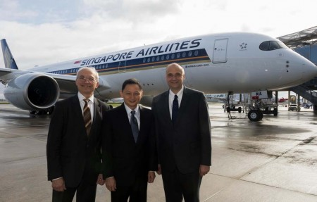 Evard, Goh Choon y Schulz frente al primer Airbus A350 de Singapore Airlines