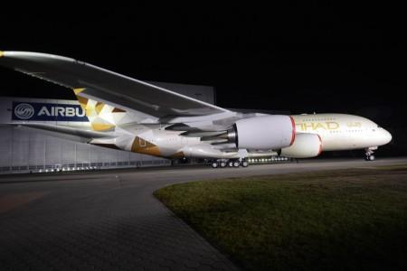 Primer Airbus A380 de Etihad con la nueva imagen de la aerolínea.