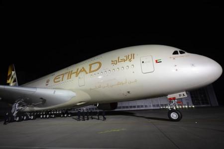 Etihad, el escudo y la bandera de Emiratos ocupan el fuselaje.