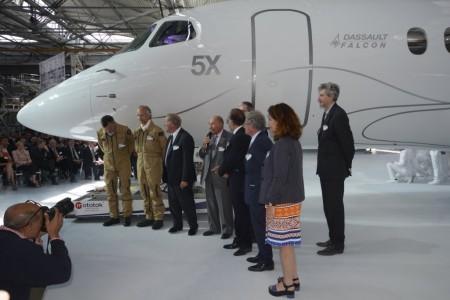 Foto de familia: Serge Dassault con sus hijos, los pilotos que harán el primer vuelo del Falcon 5X, Charles Edelstenne, que le sustituyó al frente de la compañía y otros directivos de Dassault