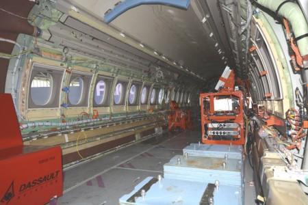 Cabina de pasaje del Falcon 5X con equipos de prueba y medición.