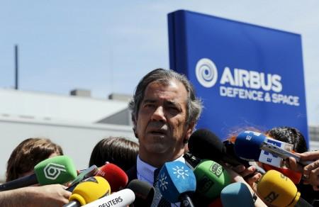 Fernandp Alonso con la prensa en Sevilla tras el accidente del A400M.
