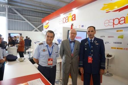 El general Francisco Javier García Arnaiz, jefe del Estado Mayor del Aire en el stand español en FIDAE.