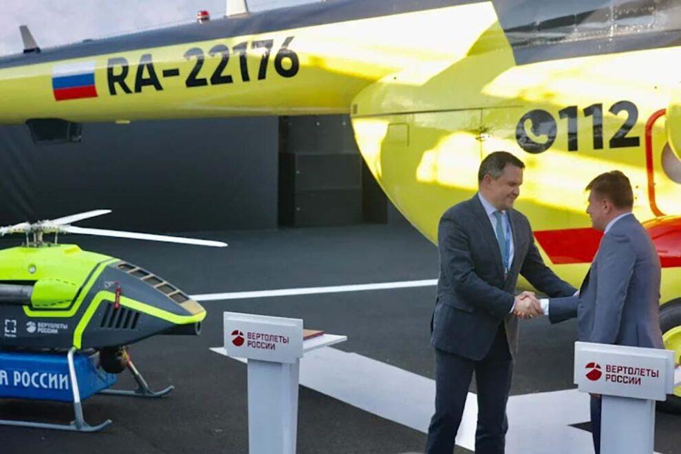 Firma del acuerdo entre Russian Helicopters y Correos de Rusia, a la izquierda un BAS200.