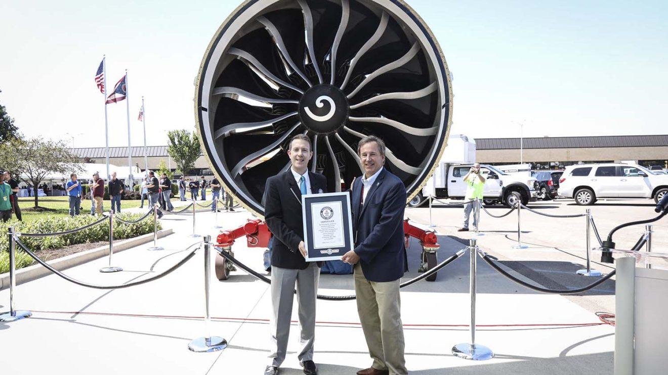 Entrega a General Electric por parte de Guinness World Records del certificado poara el GE9X como el reactor más potente del mundo.q