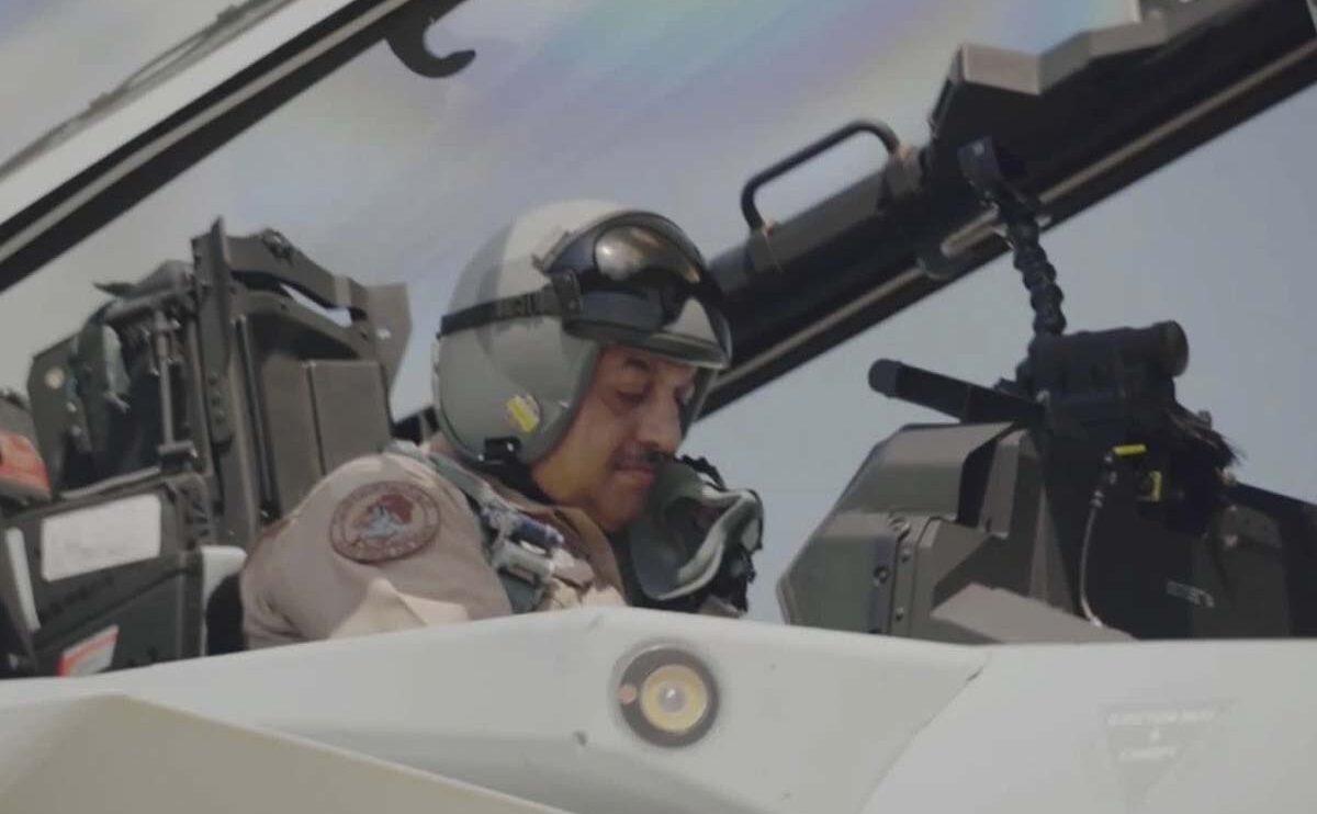 El general Salem Hameed Aqeel Al-Na Qatar a bordo de uno de los F-15QA antes de su vuelo.