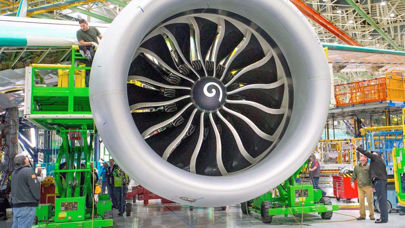 Instalación de un GE9X en el ala de un Boeing 777-9.