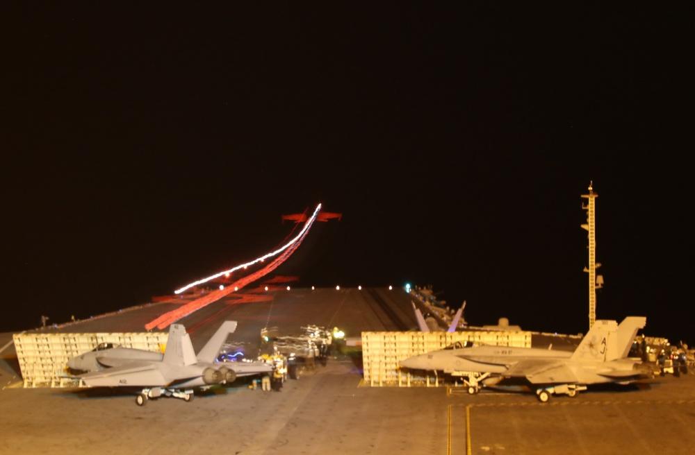 Lanzamientos nocturnos durante la certificación de la cubierta de vuelos.