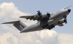 Depegue del quinto Airbus Military A400M Grizzly para su demostración.