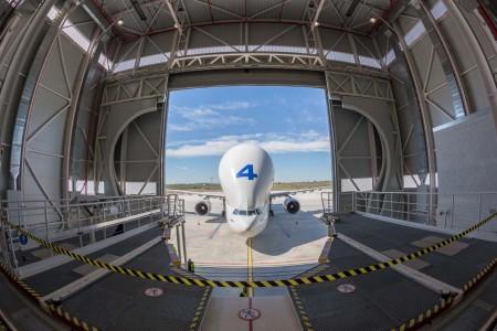 Vista desde el interior del hangar de Getafe de un avión Beluga aproximándose al mismo para ser cargado.