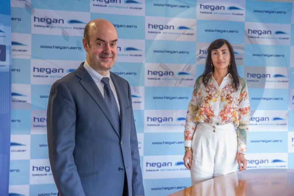 Carlos Alzola, que ha sido reelegido como presidente de Hegan en la asamblea, y Ana Villate, directora del Clúster.