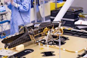 El helicptero marciano plegado e instalado en su posición de transporte en el rover Persevrance de la NASA.