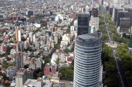 Helipuertos en los tejados de edificios de Ciudad de México junto al monumento a la Independencia.