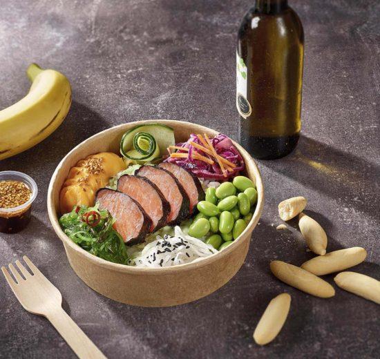 Poke de salmón, uno de los nuevos platos ofertados por Iberia.