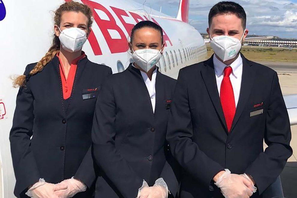 Tripulantes de Iberia listos para dar la bienvenida a bordo a los pasajeros de nuevo.