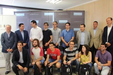 El ganador (tercero por la izquierda en la fila trasera) y los finalistas del Aertec Solutions Challenge, junto a los responsables de Aertec Solutions, la Universidad de Málaga y el Centro Tecnológico de Andalucía.
