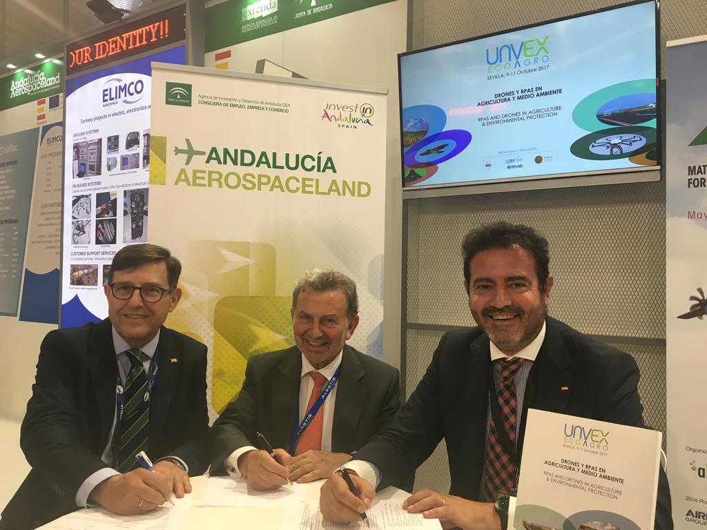 De izquierda a derecha, Ángel Macho Díaz, representante de IDS; Antonio González Marín, presidente de FADA-CATEC y director general de la Agencia de Innovación y Desarrollo de Andalucía IDEA; y Jesús Rojas, gerente de FIBES.