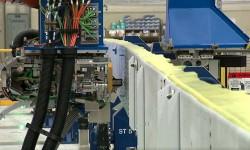 Inicio del taladro de agujeros para remaches en el primer larguero del ala de un Boeing 777X.