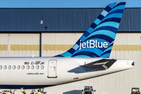 Detalle de la nueva decoración de cola diseñada para el A220 de jetBlue.